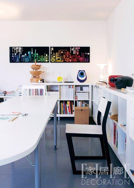 转角设计的书架,总能充分利用墙角空间,低矮的造型更能方便有孩子