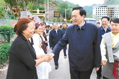 2016年8月,陈全国在昌都调研扶贫开发工作。(西藏新闻网)