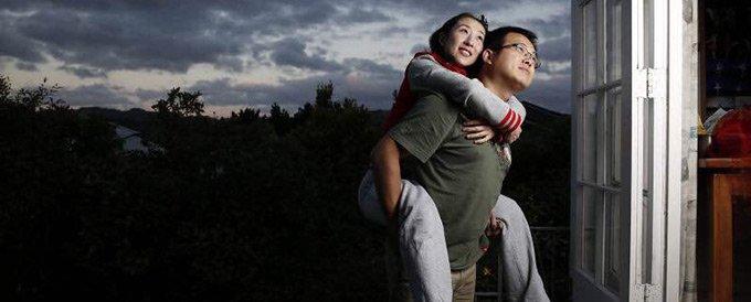洋洋的御用摄影师不是别人,正是她的老公Evan。Evan也是许昌人,二人是青梅竹马。