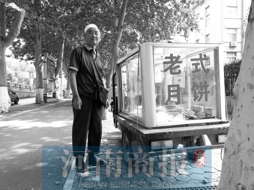 商丘一大爷卖老式月饼22年 每天能卖二三百块钱