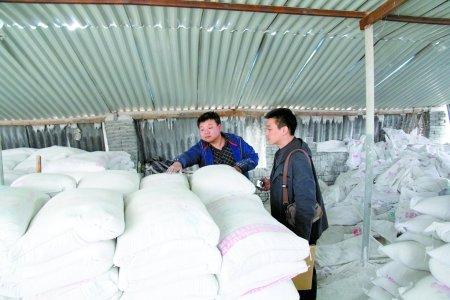 同编织袋包装的白石粉及很多焦作某品牌水泥的包装袋