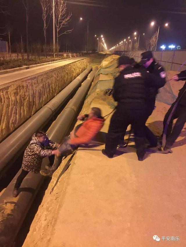 南乐一男子醉酒后骑车回家 不小心掉入路沟内不敢动