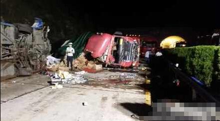 大广高速信阳段客车侧翻被追尾 已致12人亡