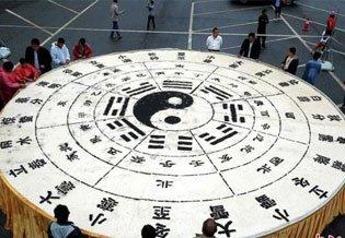 """河南20位师傅彻夜未眠 3吨半豆腐打造出巨型""""二十四节气""""图"""