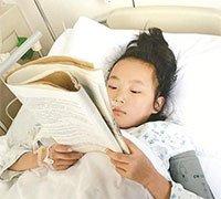 女孩患重病仍坚持读书