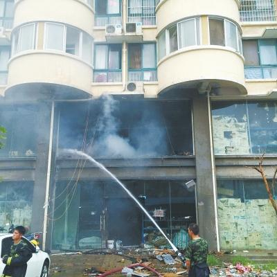 郑州电动车凌晨爆炸 100万元物品40辆车被烧毁