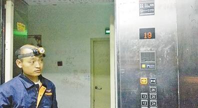 新乡一女子被困电梯1小时 所有按键均不起作用