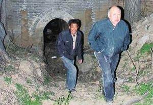 洛阳一农民挖地下室 发现一个地洞