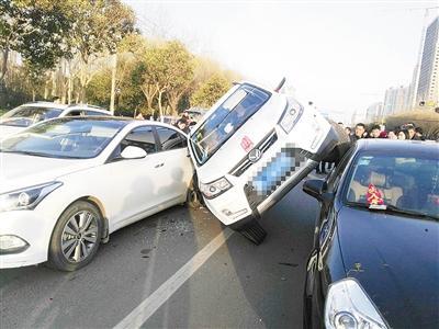 """漯河一司机正等绿灯 突然""""飞""""来一辆车"""