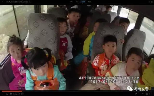 南阳交警查处一辆报废车 竟然拉了30个娃