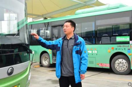 郑州一醉酒老人拦阻公交车 好心人相劝被骂走