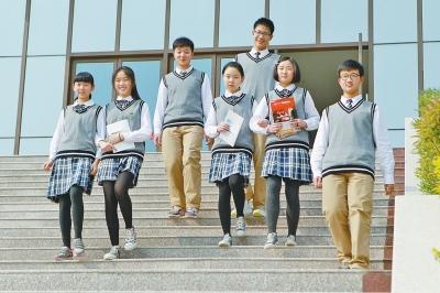 郑州一高中学生自己设计校服 偶像剧英伦范儿(图)图片