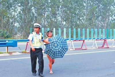 商丘28岁女子高速路上裸奔 司机观望险酿车祸