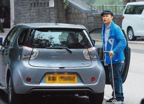 陈奕迅独自拄拐杖出门 借新车试驾当消遣娱乐图片