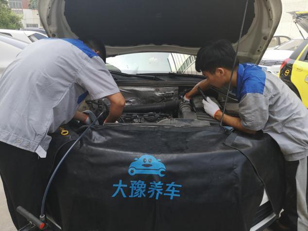 """发动机上出现""""这"""" 你可能用了个假机油  郑州车主你中招了吗?"""