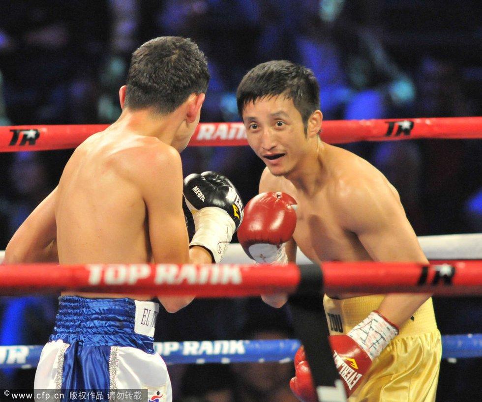 最终,中国拳王邹市明通过四回合激战以40-36点数优势击败墨西哥图片