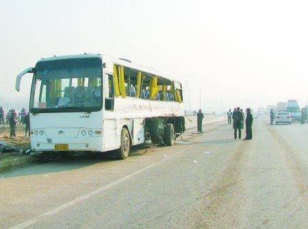 驻马店满载学生大巴车与货车碰撞 两人死亡