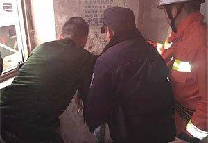 男子被卡小区垃圾通道内 历经半个小时被救出
