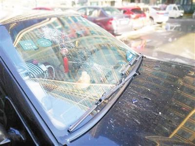 漯河一2岁多小孩玩茶壶不慎扔窗外 砸中业主爱车