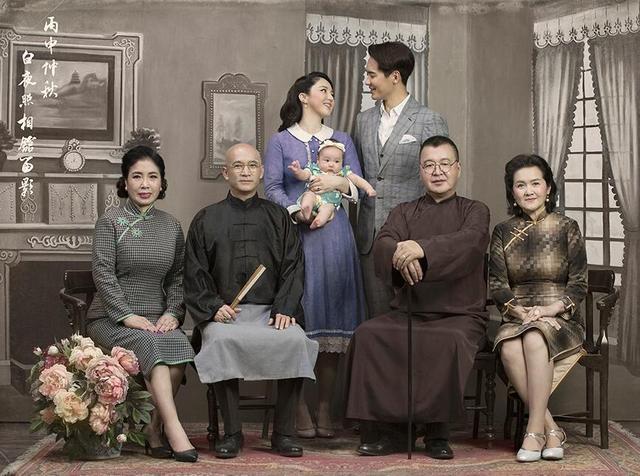 邓超和孙俪五周年结婚纪念日微博上晒出一组复古全家福照片,蓝色长衫图片