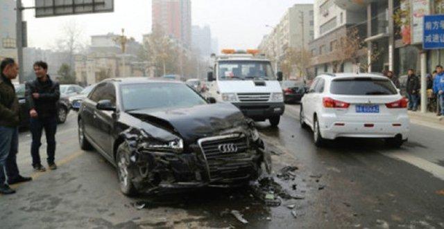郑州三车相撞 出租车女乘客撞碎前挡玻璃