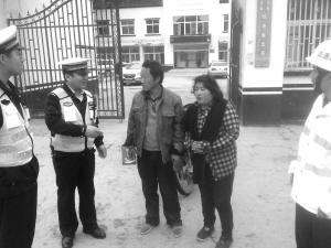 智障妇女超车道拦车要去北京 交警路政将其拦下