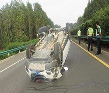 河南高速惊魂一幕:轿车被撞四脚朝天 滑行50多米