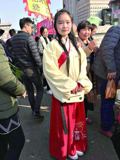 鹤壁:女大学生身穿汉服逛庙会 引众人围观