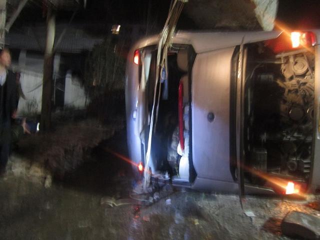 客车行驶到107国道信阳浉河区双井路段时,客车发生侧翻.车祸高清图片