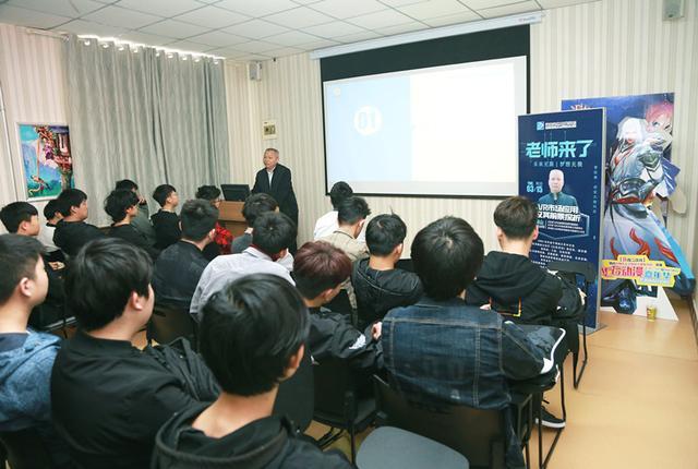 科技大咖走进河南新华 带学生领略美妙VR世界