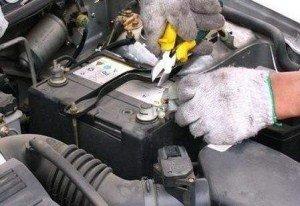 汽车电瓶损坏前 有这些征兆!