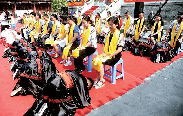 郑州小学生办古制成童礼 着汉服跪拜父母_大豫网_腾讯网