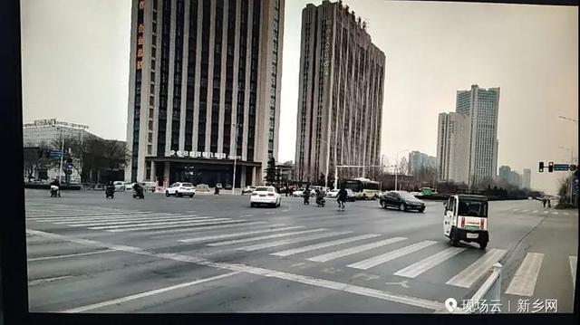 新乡信号灯改进:这个路口非灵活车可与机动车同时左转!