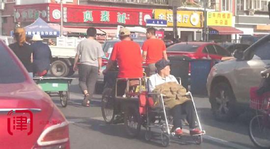 """耄耋老汉自制七个轱辘""""爱情轮椅""""带老伴看世界"""