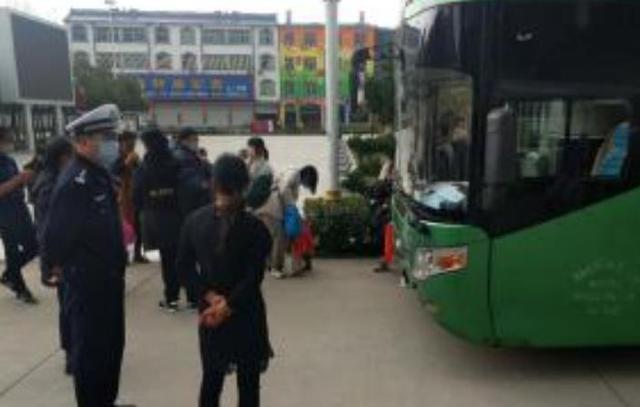 固始:警车开道,全程护送务工人员返岗