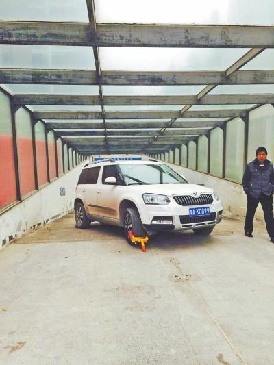 警察拒交8元停车费 车堵小区停车场出口3天(图)