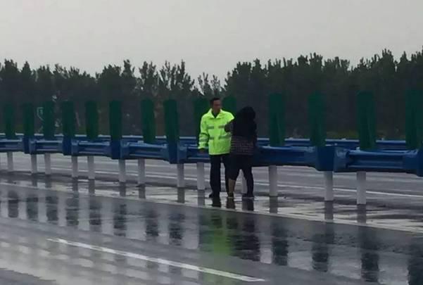 周口智障妇女雨中拦车 称不管刮风下雨也要进京