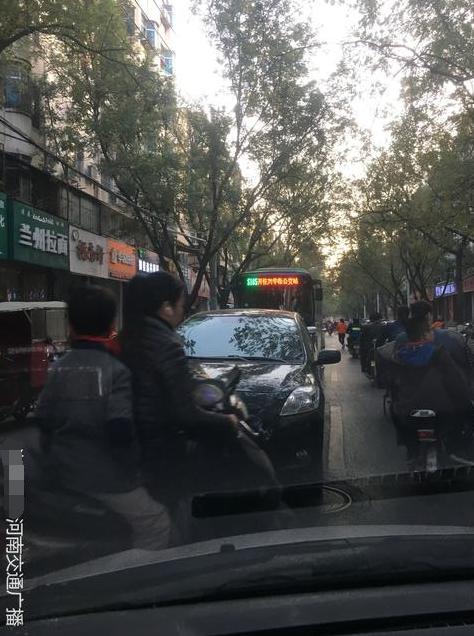 郑州一女司机趁红灯去喝胡辣汤 堵了一条街