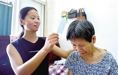 河南21岁女孩背着患病母亲上大学 网友点赞