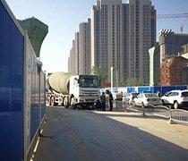 郑州一电动车卷入水泥罐车下