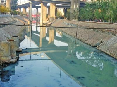郑州金水河呈奶利剑色污水恶臭熏天 已连续一周