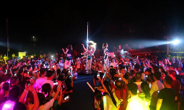 激情狂欢  劲歌热舞点燃盛夏之夜!