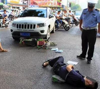 平顶山一切诺基越野车与电动车相撞 男子倒地