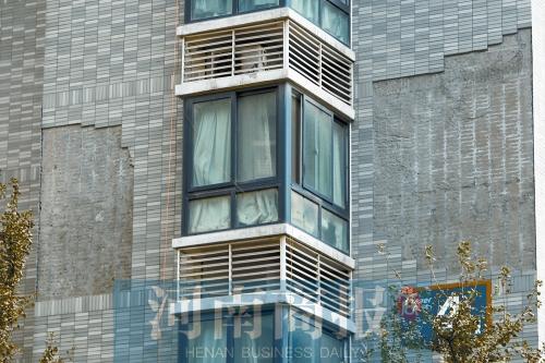 郑州一小区外墙瓷砖随时会脱落 居民气慌慌