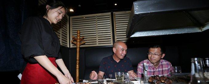 相比其他华人餐厅,张媛所在餐厅的最低待遇较高,这让张媛很满意。