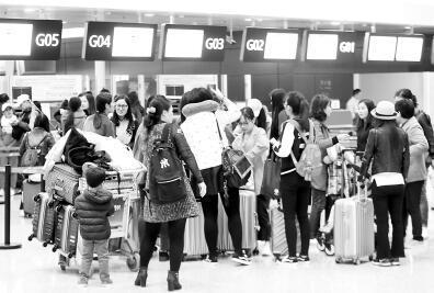 """直击郑州机场24小时:手推车服务员不敢晒""""计步"""""""