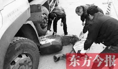 郑州男子骑电动车送女上学 双双命丧油罐车轮下