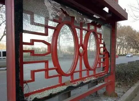 安阳多个公交车候车亭遭人破坏 警方有奖征集线索