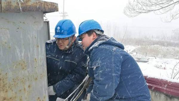 """浴""""雪""""奋战的河南电力人 保障供电通畅 守护电力平安"""