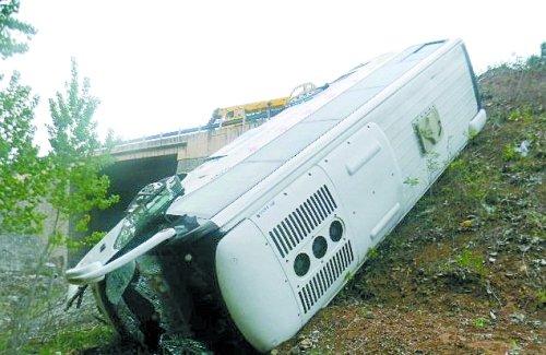 南阳大客车冲下二广高速 五六名乘客轻伤